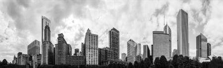 モノクロでシカゴのスカイラインの 180 度のパノラマ 写真素材