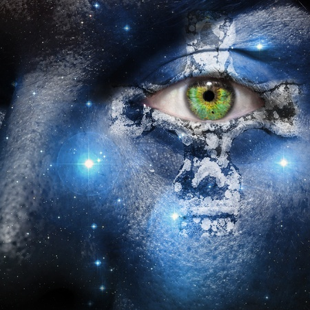 diosa griega: Cara con siete hermanas constelación y una cruz celta Foto de archivo
