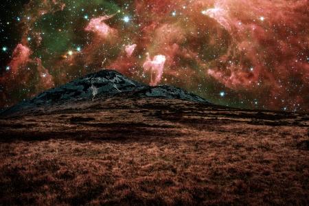 Rode vreemd landschap met bergen in een ver sterrenstelsel - onderdelen van dit beeld zijn geleverd door NASA Stockfoto