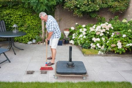 晴れた日に裏の庭掃除上級の男