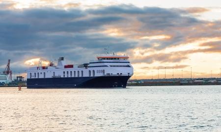 Commercial Truck veerboot verlaten Dublin haven bij zonsondergang Stockfoto
