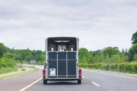 remolque: Transporte de caballos en la autopista Foto de archivo