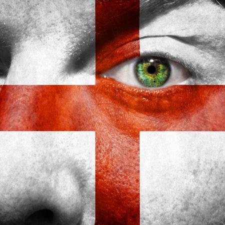 drapeau anglais: Drapeau anglais peint sur mans face � soutenir son pays Angleterre Banque d'images