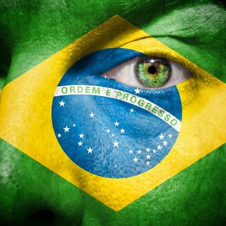 彼の国ブラジルをサポートする男の顔にブラジル国旗が描かれました。