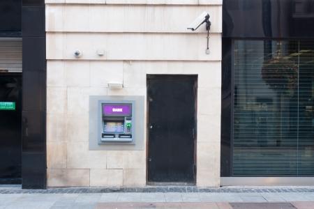 商店街の壁に組み込まれた ATM 写真素材