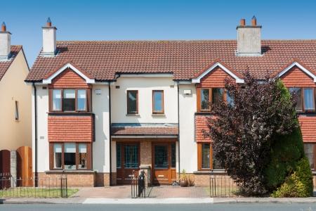 典型的なアイルランド セミ戸建住宅、晴れた日に 写真素材 - 22727697