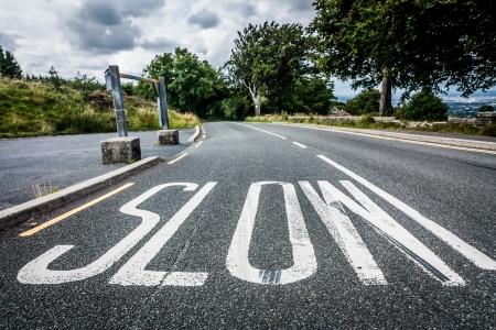 低速道路に描かれたを遅くしてドライバーに警告するためのマーキングを表現
