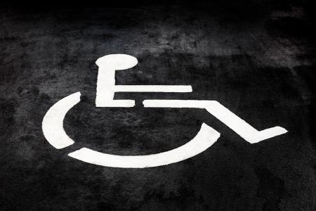 parking facilities: S�mbolo Discapacidad pintado en el suelo Foto de archivo