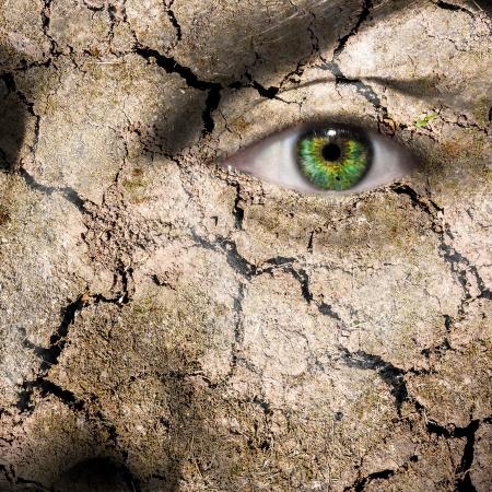 Conceptueel beeld van een modder gebarsten gezicht kan worden gebruikt voor verschillende concepten