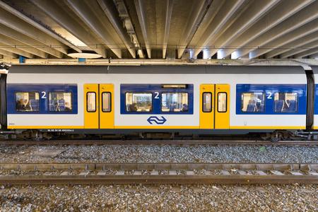 2014 年 2 月 3 日近くまで駅で待機しているアクセス オランダのスプリンター SLT 乗用車のズウォレ, オランダ-