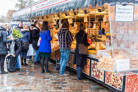 gaff: ZWOLLE, THE NETHERLANDS - FEBRUARY 1, 2014  Unidentified people buying groceries at the street market in Zwolle