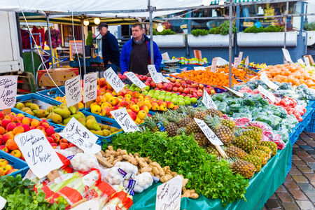 gaff: ZWOLLE, THE NETHERLANDS - FEBRUARY 1, 2014: Unidentified merchants selling groceries at the street market in Zwolle Editorial