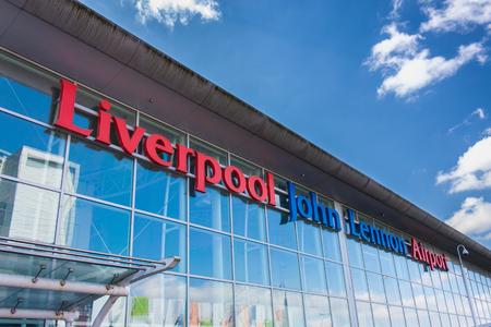 LIVERPOOL, ENGELAND - 30 maart 2014: Liverpool John Lennon Airport is een internationale luchthaven die het noordwesten van Engeland. Voorheen bekend als Speke Airport. Redactioneel