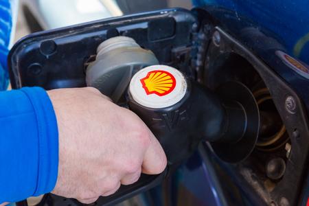 hidrógeno: Zwolle, Países Bajos - 03 de febrero 2014: el hombre no identificado llenar un Toyota Land Cruiser con diesel en una estación de servicio Shell. Shell tiene 44.000 estaciones de servicio en todo el mundo.