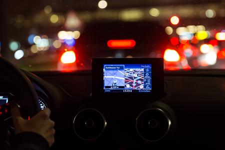 Satelliet navigatiesysteem in een auto 's nachts