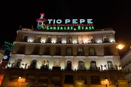 MADRID, ESPAÑA - 31 de diciembre 2014: El punto de referencia T o Pepe signo en la Puerta del Sol de Madrid el 31 de diciembre en Madrid. Cámaras situadas en los balcones están configurados para filmar las celebraciones de Año Nuevo en la Puerta del Sol. Editorial