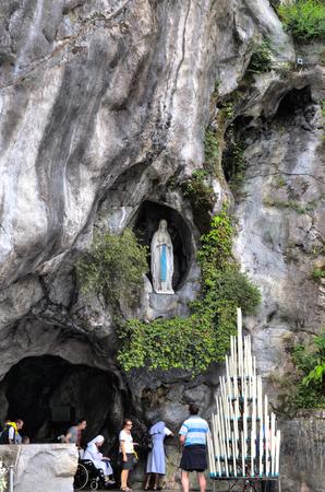 ルルド - 2014 年 7 月 23 日: 観光客や巡礼者聖ベルナデット Soubirous が聖母マリアを見たと主張したルルドのマッサビエルの洞窟を訪問します。今、宗