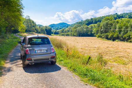 CAVAZET, フランス - 2014 年 7 月 24 日: フィアット 500 (型 312) ミディ ピレネーの Cavazet でフランスの国の側に駐車します。フィアット 500 のハッチバックは、2007 年以来、イタリアの自動車メーカー フィアットによって建てられた都市の車です。 写真素材 - 37224362
