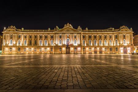 Captiole de Toulouse en Place du Capitole helder verlicht 's nachts