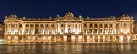 Place du Capitole und Capitole de Toulouse in der Nacht Standard-Bild