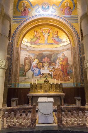 pfingsten: Lourdes, Frankreich - 23. Juli 2014: Detail einer Seitenkapelle Mosaik der Pfingsten in der Rosenkranzbasilika in Lourdes Editorial