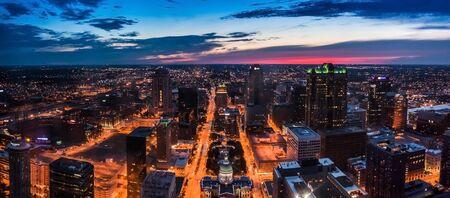 Horizonte de St. Louis City visto desde arriba en la noche