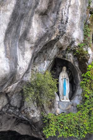ルルド, フランス - 2014 年 7 月 23 日: 岩の洞窟のマッサビエルの聖母マリアの像と聖ベルナデット Soubirous が聖母マリアからマリアン回帰を目撃した 写真素材