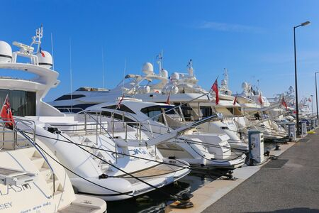 synoniem: CANNES, FRANKRIJK - 12 april 2015: Jachten voor anker in Port Pierre Canto aan de Boulevard de la Croisette in Cannes, Frankrijk. Cannes is synoniem met glamour dankzij de wereldberoemde filmfestival. Redactioneel