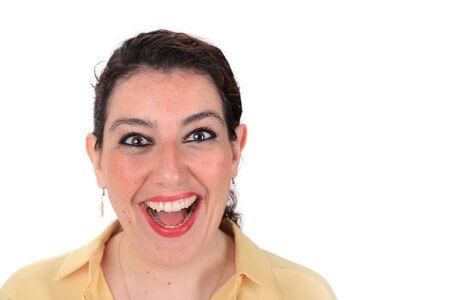 ojos marrones: Cara tiro en la cabeza delante de una mujer espa�ola que sonr�e con los ojos marrones pelo oscuro que llevaba una blusa de color amarillo