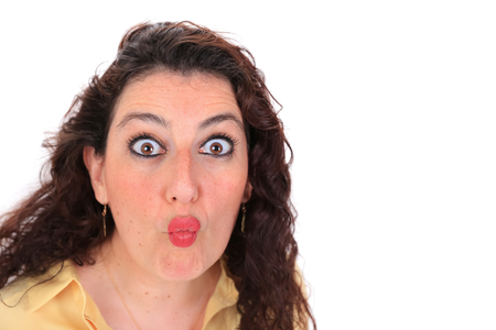 ojos marrones: Foto de cabeza de una mujer espa�ola con los ojos marrones pelo oscuro con una blusa amarilla lanzando un beso Foto de archivo