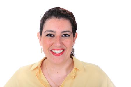 ojos marrones: Cara hacia adelante tiro en la cabeza normal de una mujer espa�ola con los ojos marrones pelo oscuro que llevaba una blusa de color amarillo Foto de archivo