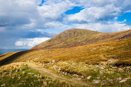 co kerry: Hiking trail across the mountain range in County Kerry in Ireland