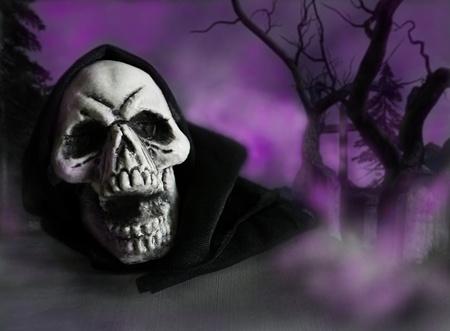Halloween schedel in een kerkhof omgeven door mist