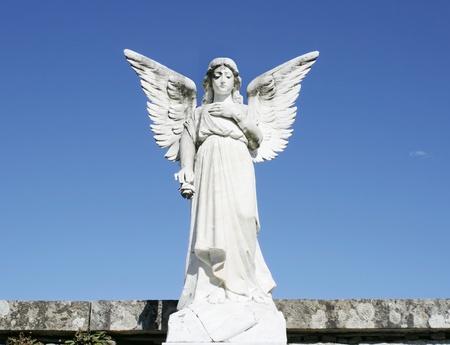 Mooi beeld van een engel sculptuur met een blauwe hemel