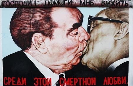 ブレジネフと Dimitry ヴルーベリのイースト サイド ギャラリーでベルリンの壁によってホーネッカーの間にキスします。撮影: 2011 年 12 月 4 日