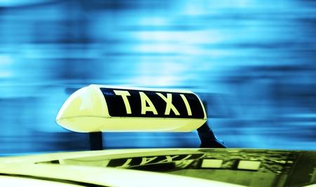 Taxi teken in een bewegende achtergrond