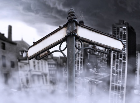 Arrows geeft aan de toekomst, verleden, mutatie, verandering, met twee verschillende dramatische weergave: oude en nieuwe stad, gehuld in mist op de achtergrond Stockfoto