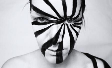 Zwart-wit portret van een mooi jong meisje met een optische kunst maken