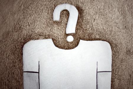 interrogativa: un dibujo que representa a un hombre estilizado, con un signo de interrogación en lugar de cabeza en la luz de papel marrón