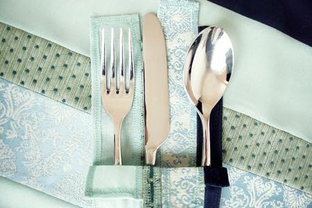 nice food: Вилка, нож и ложка на элегантном и украшенные салфетки и скатерти