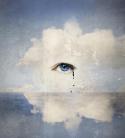 Fantasy concept van een menselijk oog huilen in de wolken