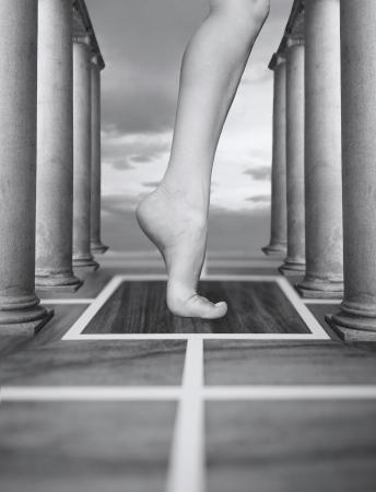 白と黒の超現実的な環境で足の抽象的なファンタジー