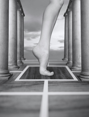 Abstracte fantasie van een voet in een surrealistische omgeving in zwart-wit