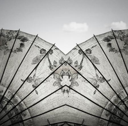 空と雲白と黒の背景に美しいビンテージ装飾的なライス ペーパー中国傘の詳細