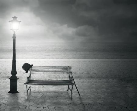 Mooie vintage artistieke voorstellen aan de zee 's nachts in zwart-wit