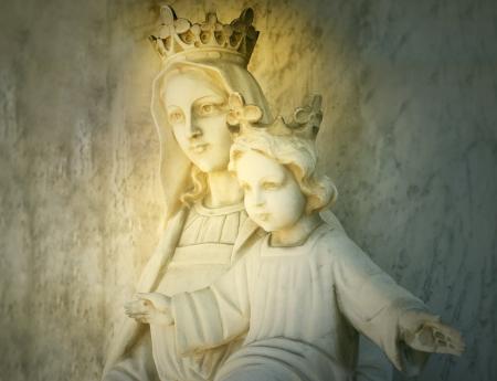 corona navidad: Hermosa escultura de la virgen María y el Niño Jesús