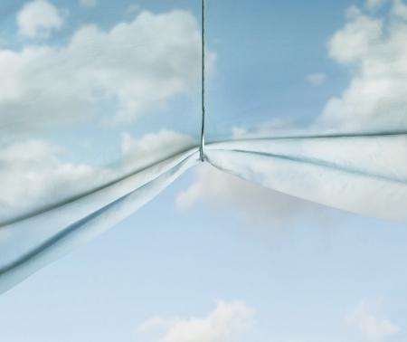 Artistieke surrealistische achtergrond die een hemel van stof omhoog getrokken met een haak