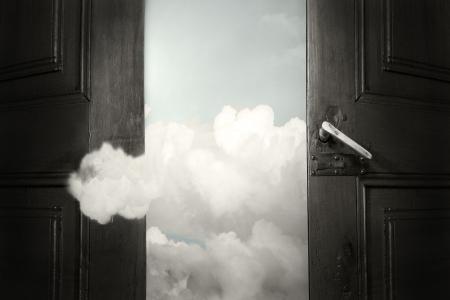psique: Surrealista fondo art�stico que representa una puerta abierta en el cielo y una nube que entra