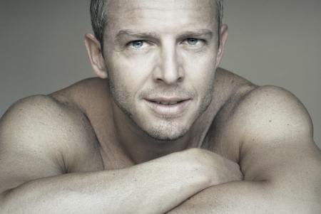 piel: Cerrar un retrato de un hombre joven y atractiva Foto de archivo