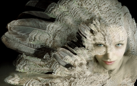 piume: Bellissimo ritratto artistico di una ragazza con piumaggio Archivio Fotografico